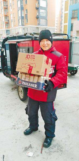 配送员米君正在送货。本人提供