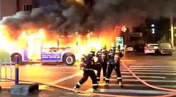 哈尔滨街头一辆20路公交突然自燃