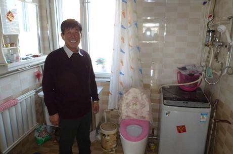 宝东镇东兴村张忠德家冲水马桶、淋浴、热水器样样俱全