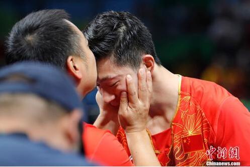 资料图:里约奥运会,刘国梁亲吻弟子马龙成经典一幕。中新网记者 盛佳鹏 摄