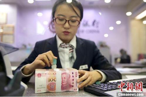 银行工作人员清点货币