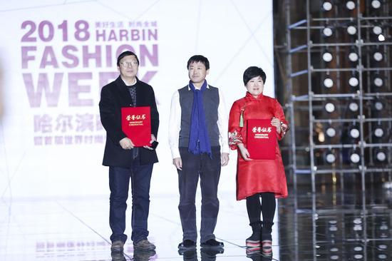 2018哈尔滨时装周暨首届世界时尚设计师大会吸引了法国、俄罗斯、新加坡等46个国家和地区的时尚机构、138位设计师、全球知名时装周负责人,以及国内外30多所艺术院校的专家学者等参与,设计师规模、水平,秀场次数、舞美灯光效果均超越历届。   哈尔滨时装周成功举办了7届,不断引领哈尔滨时尚产业向高质量发展转变。本届时装周不仅是给各国设计师提供了展示的平台,还聚合了东三省高质量时尚产业,对接全球市场,为哈尔滨市经济发展注入新动能。