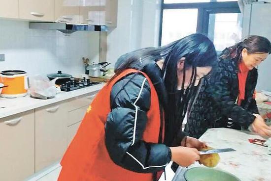 志愿者为老人做饭