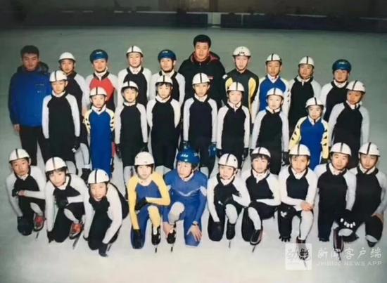 武大靖在佳木斯市速滑业余队时的照片,前排右一是他