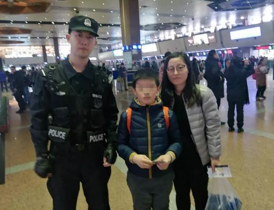 (机场工作人员帮助杨女士找回了孩子)