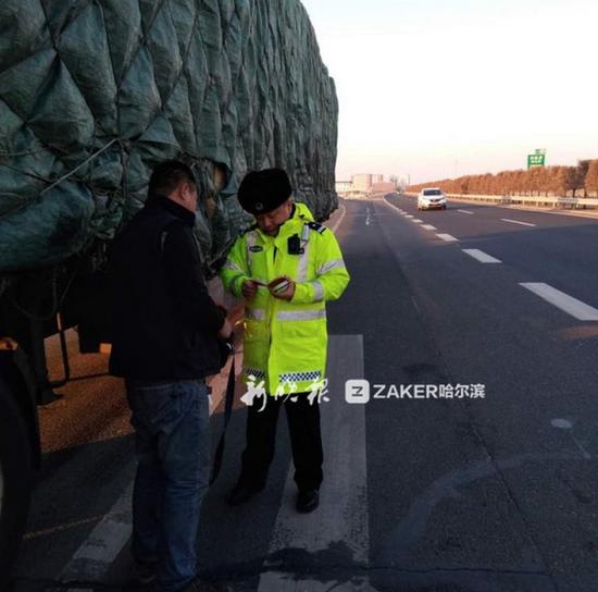 刘刚在绕城高速上检查车辆