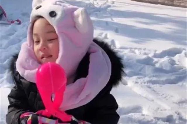 贾乃亮带女儿回东北玩雪 甜馨的小脸蛋冻得通红