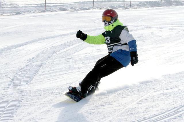 哈尔滨市南岗区中学滑雪比赛尽显专业范