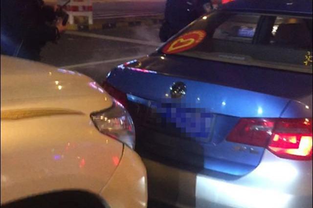 """牡丹江市一私家车追尾出租车 双方下车就""""动起手"""""""