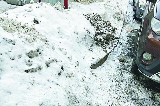 哈尔滨春江家园物业清雪撒融雪剂 出门踩满脚黑泥