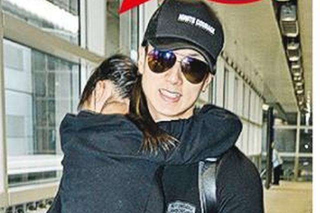 吴尊抱7岁女儿抵达香港 NeiNei害羞黏着爸爸