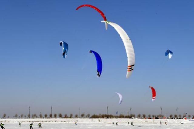 """百伞雪上飞 看伞翼滑雪如何在冰城上演""""速度与激情&quot"""