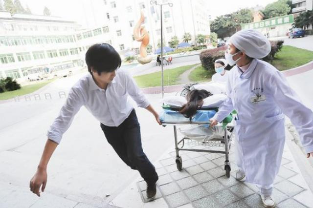 哈尔滨少女脑出血危在旦夕没家人陪同 医院:先救人