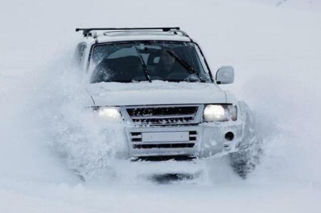 自驾游龙江越野车陷雪坑 民警齐腰深雪中1小时挖出