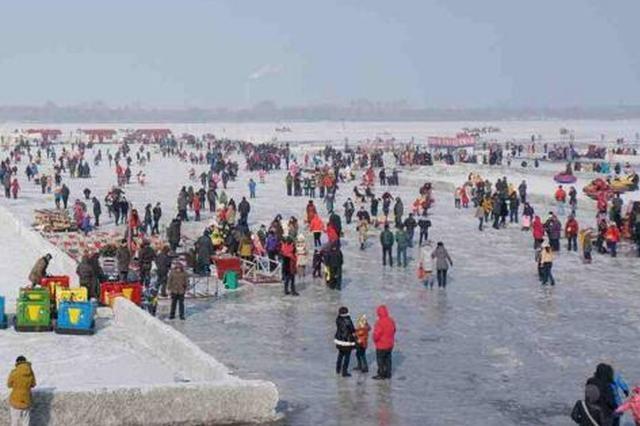 哈尔滨清除江面非法娱乐设施 拆除各类设施10余处