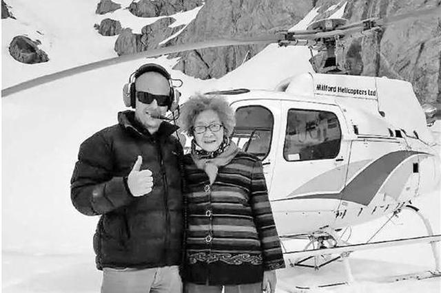 88岁老太卖房周游世界 坐直升机上雪山在冰河漂流
