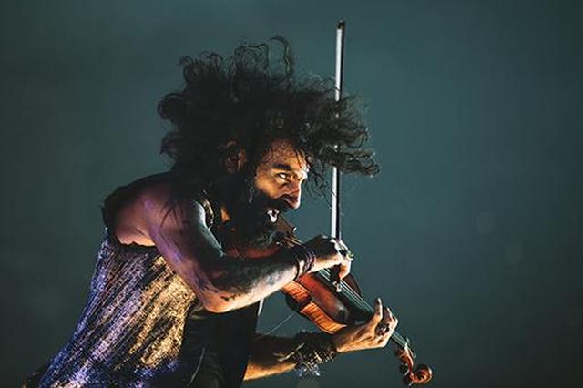 """这位小提琴家顶着爆炸头 把音乐会开成""""脱口秀"""""""