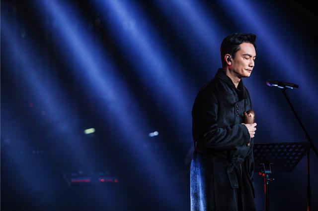 《歌手》李泉穿睡袍登台称太热 不弹钢琴大秀陶笛