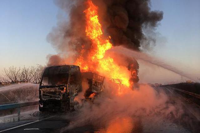 载30吨牙膏粉货车湖北高速路起火 600万货物烧光