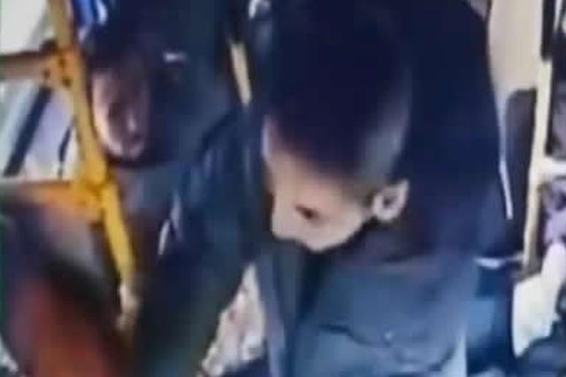 """牡丹江男子酒后""""变身""""坐公交车打完司机又踢警察"""