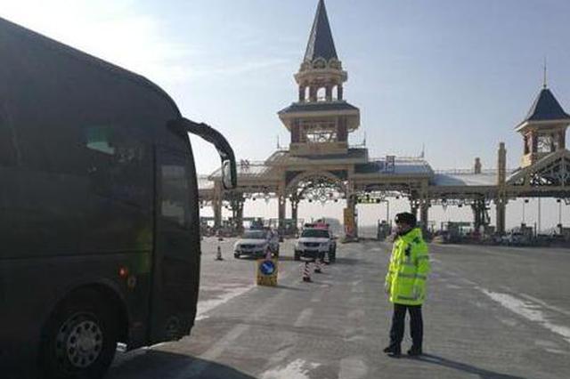 黑龙江高速交警每天两万步 和妻儿收费站过大年
