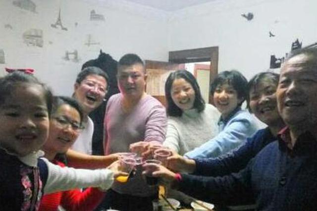 北京一家八口来冰城过春节 还给家庭成员颁发证书