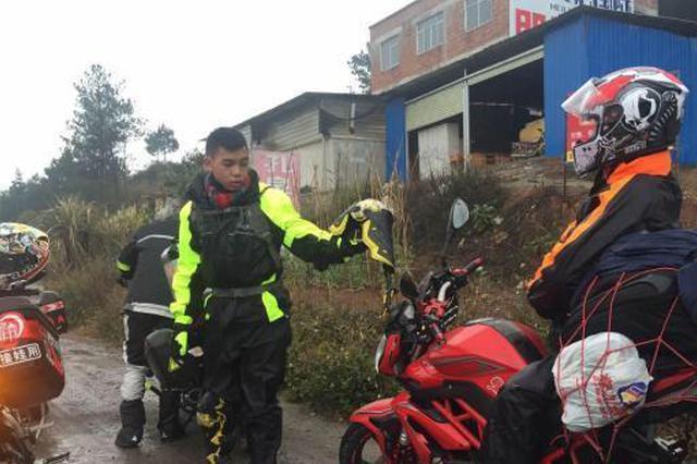 小伙骑摩托车3000里过年:与父辈不同 为骑行乐趣