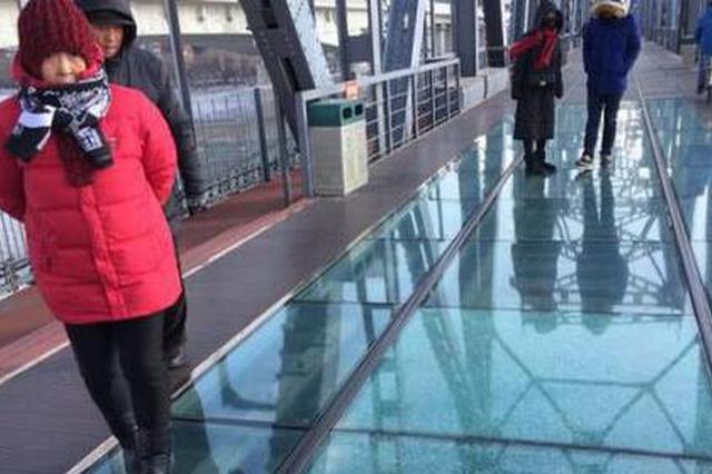 哈市中东铁路桥上的玻璃栈道出现裂纹 行人小心通行