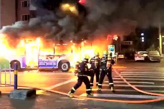 哈尔滨街头一辆20路公交突然自燃 没有造成人员伤亡