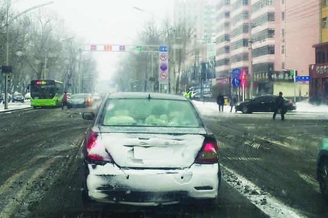 """车身干净号牌被遮 齐齐哈尔个别司机用雪做""""文章"""""""