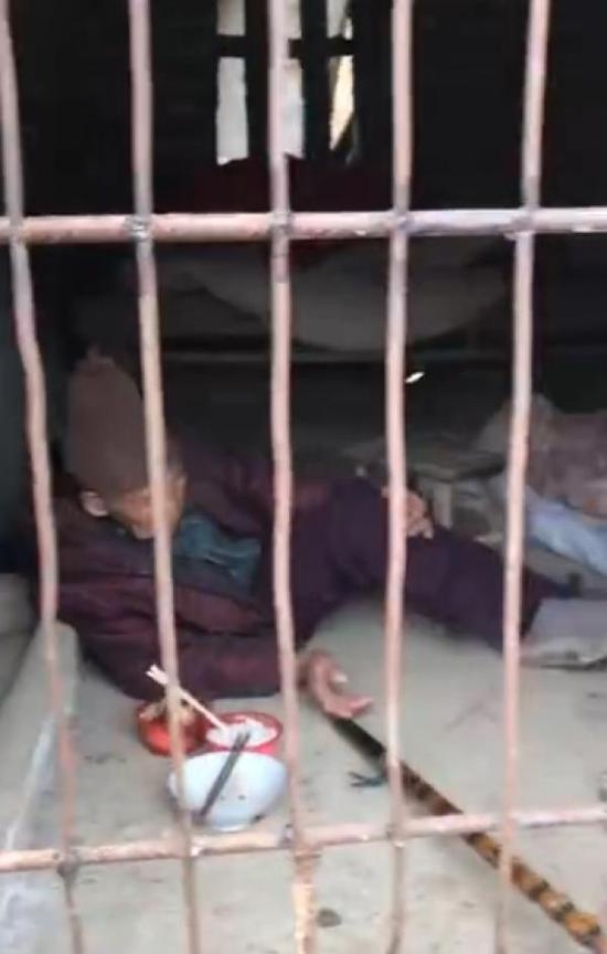 一名头发花白的老太瘫坐在猪圈冰凉的水泥地上 视频截图
