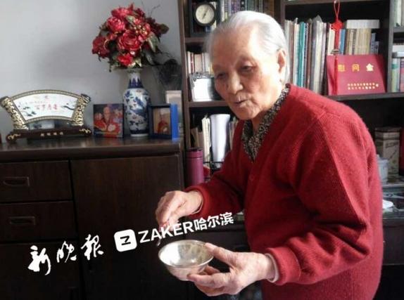 赏花喂鱼和家人一起包饺子 哈市103岁老人这样过大年