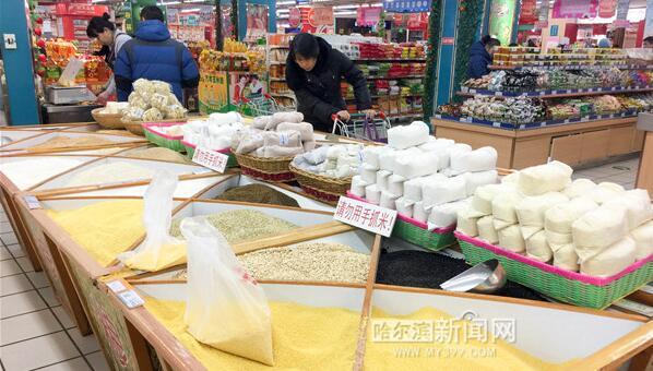 哈市各大市场内腊八米等腊八粥食材开始热销