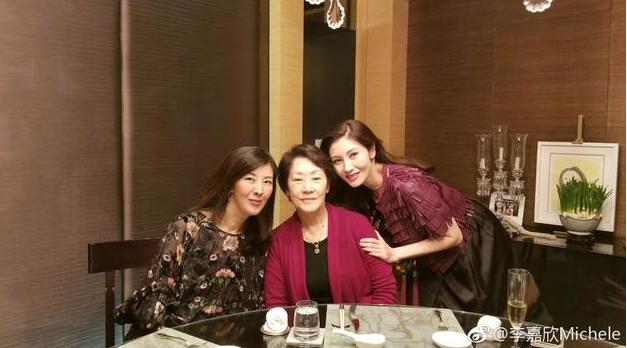 李嘉欣晒与家人合照庆新年 80岁母亲现不老容颜