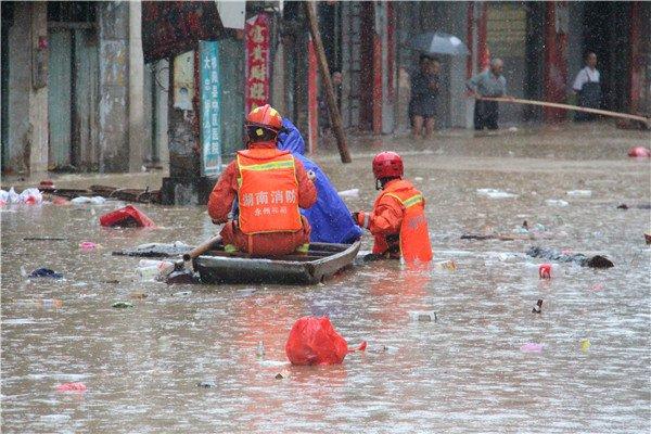 救人途中船坏了 永州消防员急流中扎马步托举孩子撤离