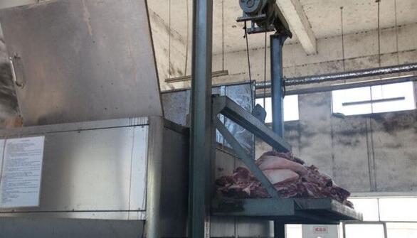 """长沙查处约1100公斤问题""""白板肉"""" 疑含病死猪肉"""