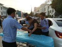 长沙一司机发病车停路中 交警立即帮忙救人