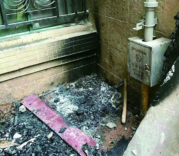 株洲两熊孩子小区内玩火 燃气管道已经被熏得焦黑