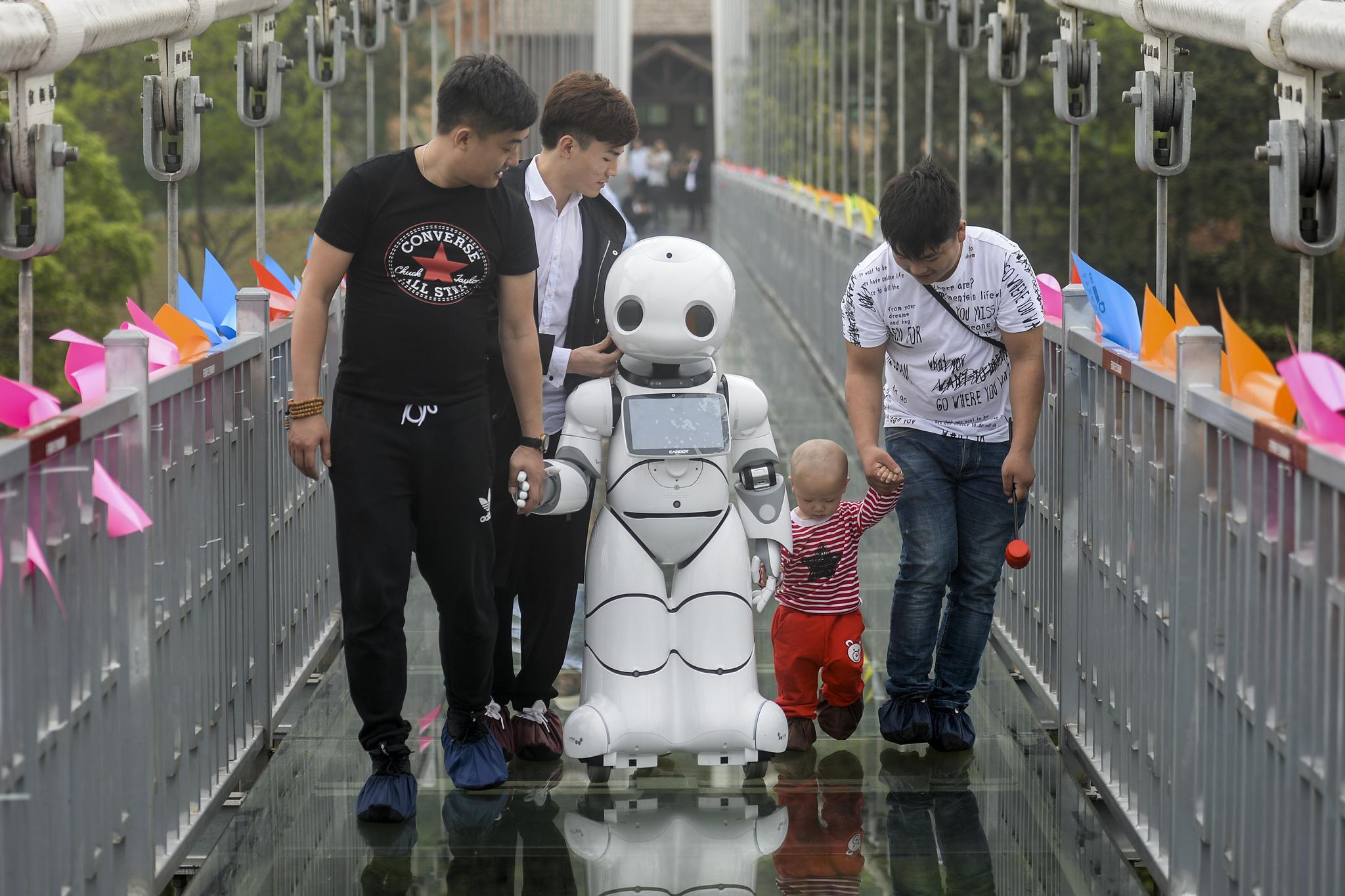 长沙石燕湖首推智能机器人导游
