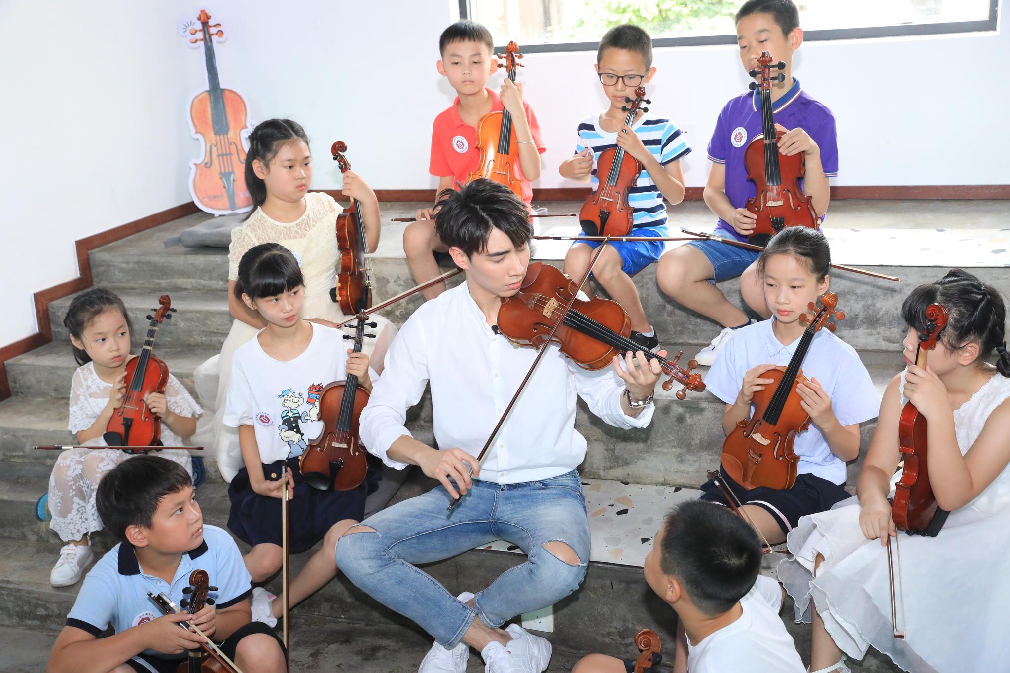 《声入人心2》成员徐凯在长沙与小朋友斗琴