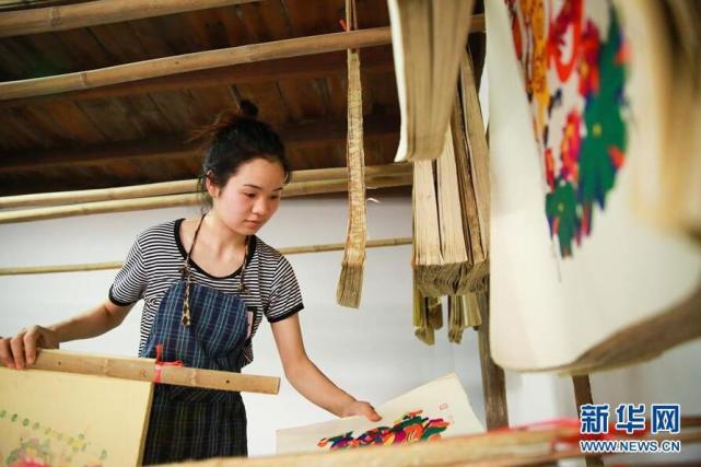邵阳95后女大学生回乡传承木版年画
