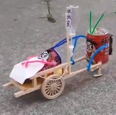 """长沙一男子用废弃物品做出嗑瓜子""""神器""""和手工玩具"""