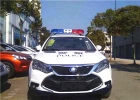 长沙一司机开车时突发心梗 交警开警车紧急送医