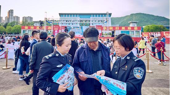 扫黑除恶宣传深入《中国好声音》