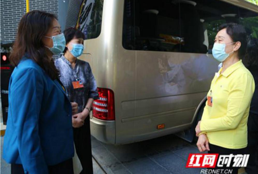 住湘全国政协委员启程赴北京参加全国两会