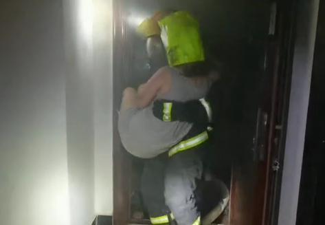 长沙消防员从火场救出两人一猫,猫咪获救模样被网友调侃:这