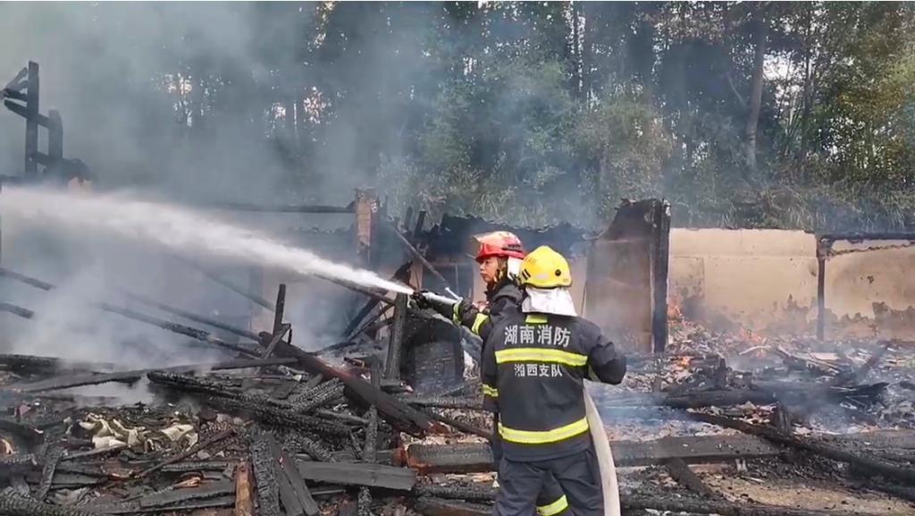 湘西龙山木房起火,消防员奋战近 4 小时抢救