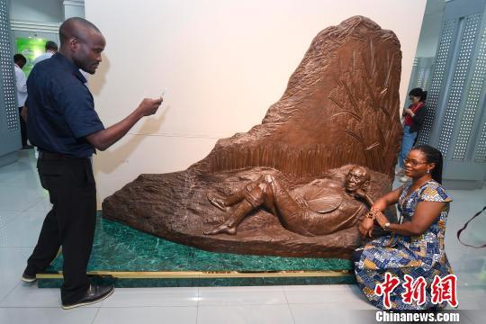 非洲记者与袁隆平雕像合影。 杨华峰 摄
