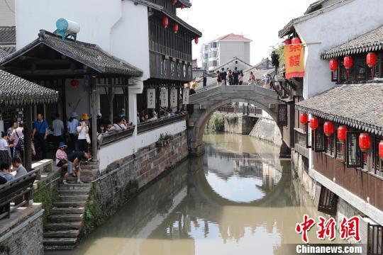 游客在上海新场古镇游玩。 殷立勤 摄