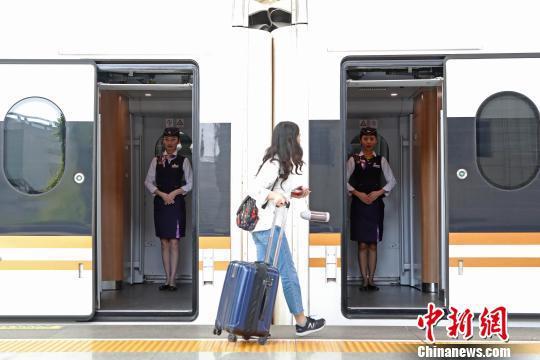 动车组列车员等待旅客的到来。 殷立勤 摄